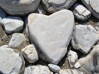 800px-Heart-shaped_stone
