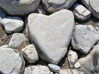 800px-Heart-shaped_stone
